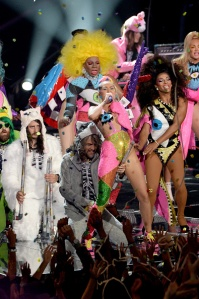 LOS ANGELES, CA - AUGUST 30:  Singers Wayne Coyne (L) and Miley Cyrus perform onstage during the 2015 MTV Video Music Awards at Microsoft Theater on August 30, 2015 in Los Angeles, California.  (Photo by Lester Cohen/WireImage)